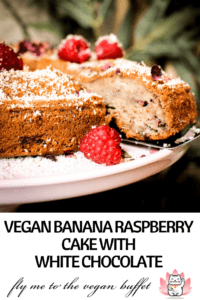 Recipe and tutorial for making this easy, tasty vegan raspberry-banana-cake with white chocolate yourself #vegancake #veganwhitechocolate #veganbananacake #raspberries #easyvegancake