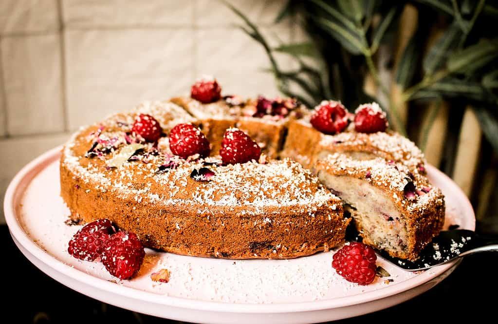 bild von veganer Bananen-Himbeer-kuchen