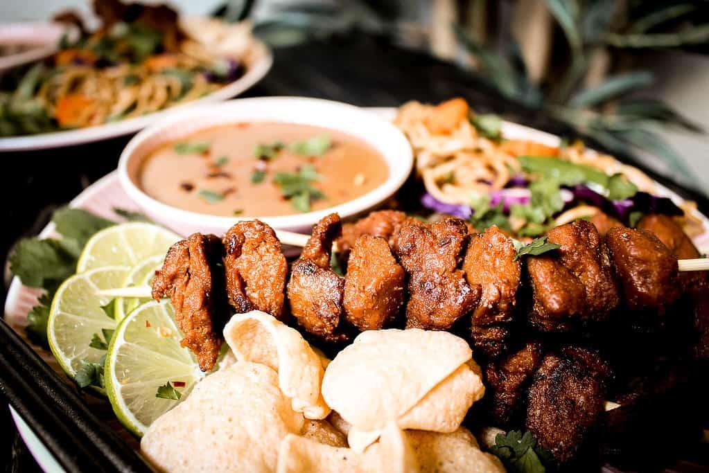 Bilder von veganem saté mit bami goreng