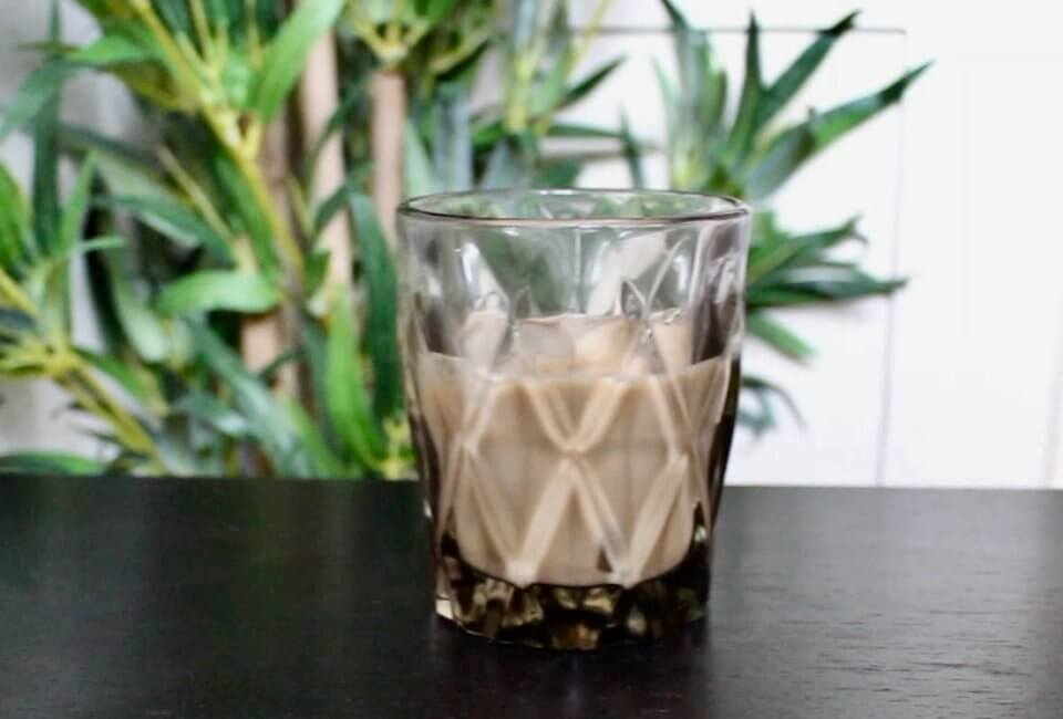 picture of a glas of vegan bailey's
