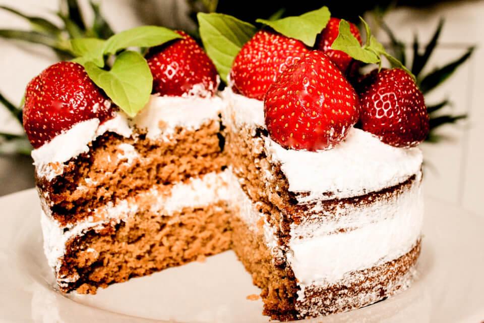 BILD VON VEGANEM NAKED CAKE MIT ERDBEEREN UND ZITRONENBASILIKUM