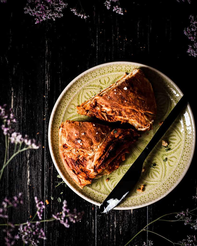 Laugenpizza twist bread in Stücke geschnitten