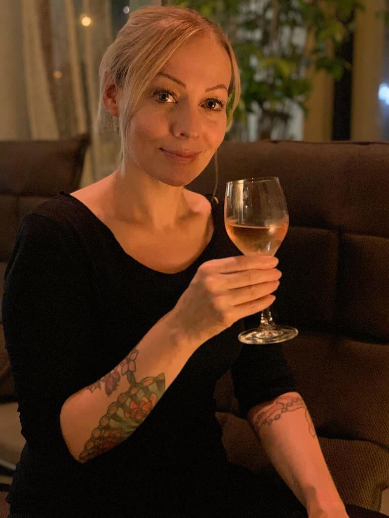 Bild von mir mit Wein im Almodovar hotel