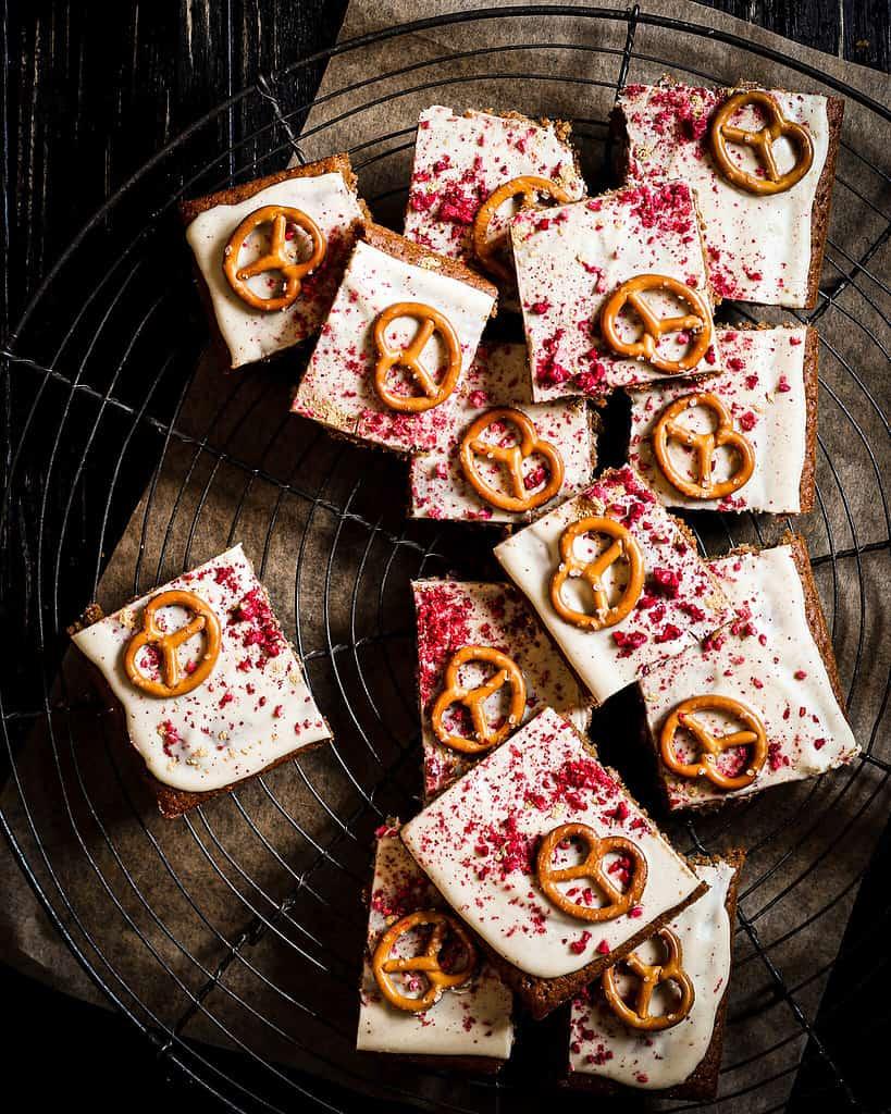 Weiße-Schokolade-Himbeer-Brezel-Kekse geschnitten