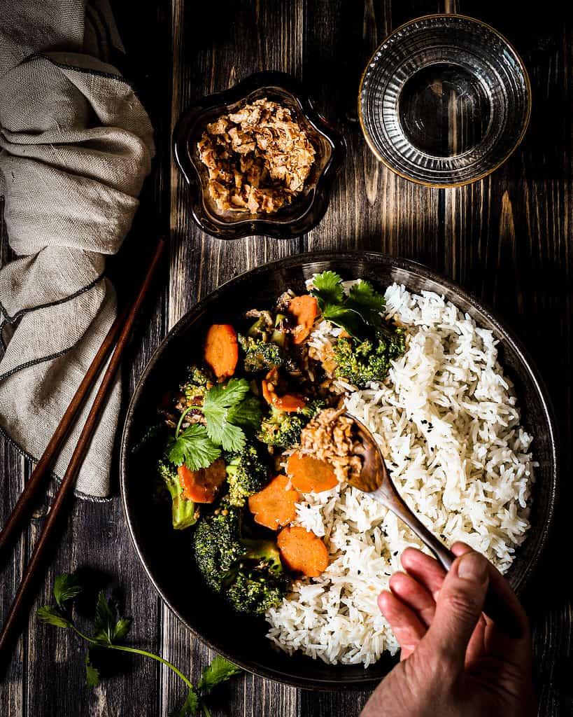 Bild von Gemüse mit sesamsoße und Röstzwiebeln