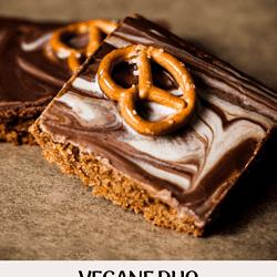 Wer sich zwischen brauner oder weißer Schokolade und süßem oder salzigem Knabberzeug nicht entscheiden kann, backt sich einfach vegane Duo Brezel Kekse!