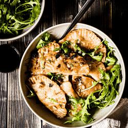 Es geht doch nichts über selbstgemachte vegane Butternut-Champignon-Ravioli mit angebraten mit Knoblauch, Balsamico, Pinienkernen, Ahornsirup und frischem Thymian.