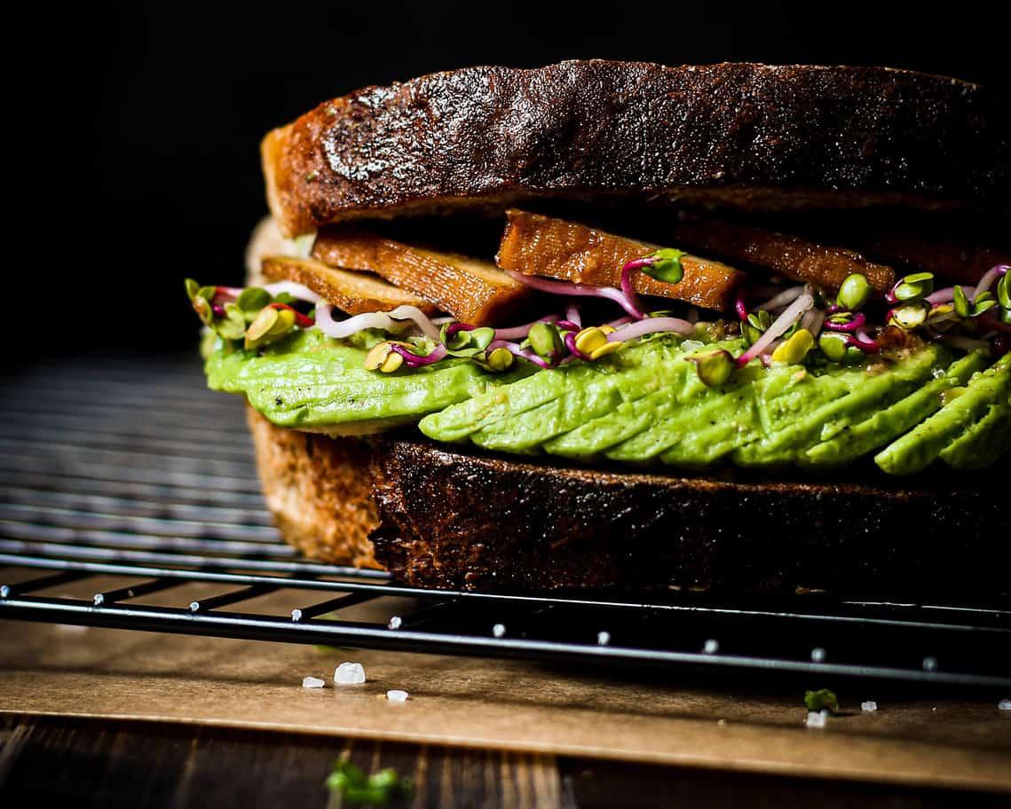 Avo toast für dein veganes Brunch-Buffet.jpg