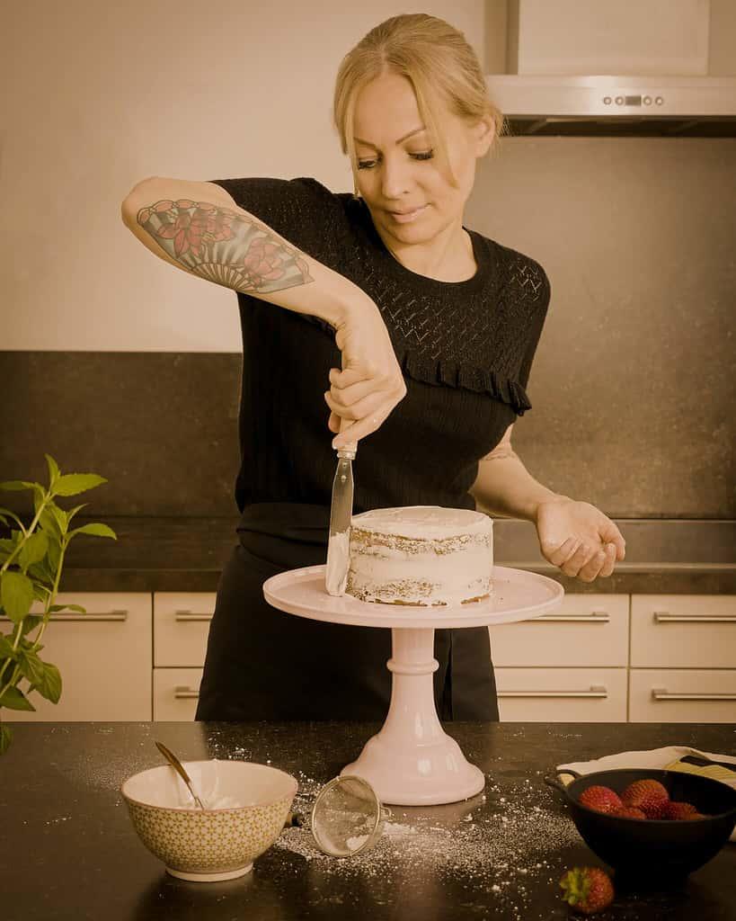 Nina mit Kuchen