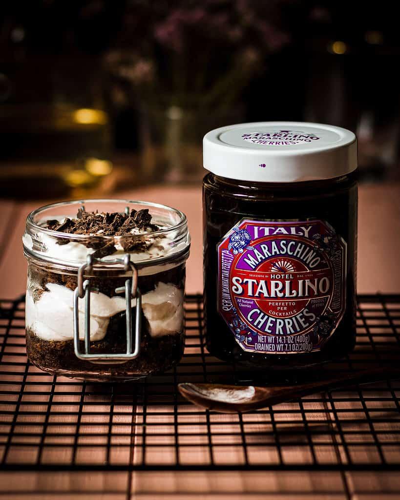 Schwarzwälder Kirsch Dessert im Glas mit Hotel Starlino Maraschino Cherries