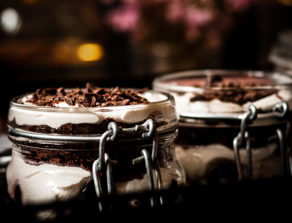 Schwarzwälder Kirsch dessert im Glas
