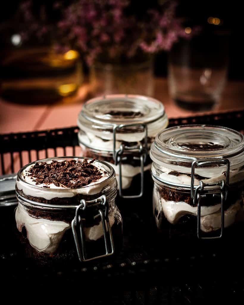 veganes Schwarzwälder kirsch dessert im Glas