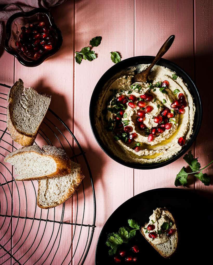 Hummus mit Granatapfelkernen/ Nina Bolders Food Fotografie